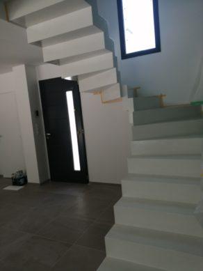 elégant escalier graphique avec effet flottant en béton ciré vernis brillant couleur everest Blanc pur à Montpellier  pour un particulier