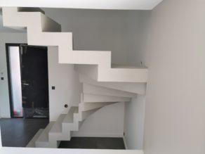 magnifique escalier crémaillère deux quart balancé en béton ciré vernis mat couleur poivre blanc Mérignac à Bordeaux en Gironde en Nouvelle Aquitaine  pour un particulier
