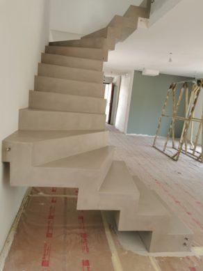 remarquable escalier crémaillère contemporain en béton ciré vernis mat couleur galet original La Teste-de-Buch Arcachon  pour un particulier