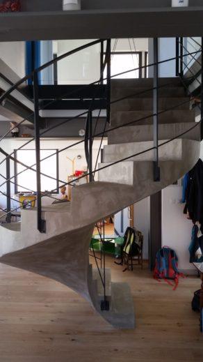 splendide escalier hélicoïdal comme une œuvre d'art en rénovation  à toulouse  pour un architecte