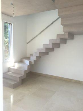 sublime escalier graphique avec palier intermédiaire en béton ciré  à Toulon. Escalier béton coulé lors de la réalisation du gros œuvre.  pour un particulier