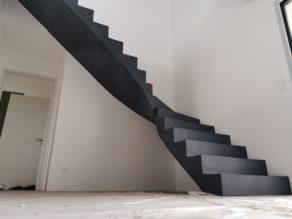 audacieux  escalier à paillasse un quart tournant en béton ciré vernis mat couleur oxydium Au Taillan médoc proche de Bordeaux  en Gironde pour un constructeur