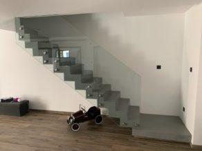 audacieux  escalier crémaillère décollé du mur en béton ciré vernis soyeux couleur gris cendré Brie comte Robert en région parisienne  pour un particulier