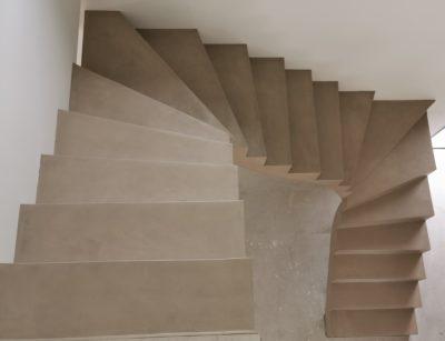 sublime escalier à paillasse deux quart balancé en béton ciré vernis mat couleur sofia original à Andernos près de Bordeaux en Aquitaine.  pour un particulier