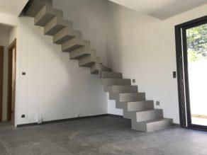 sublime escalier crémaillère deux quart tournant en béton ciré vernis mat couleur flanelle A Pau  pour un particulier