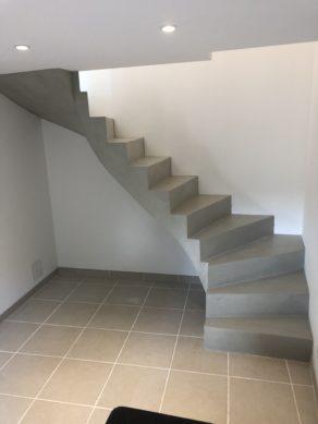 audacieux  escalier à paillasse deux quart tournant en béton ciré vernis soyeux couleur gris perle à Royan en Charente maritime dans la région nouvelle aquitaine pour un particulier