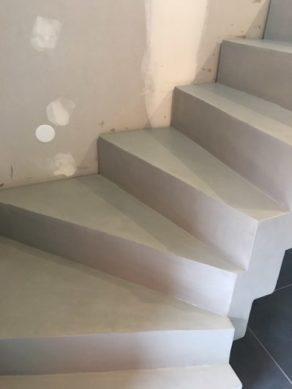 bel escalier crémaillère deux quart balancé habillé en béton ciré  toulouse  pour un maitre d'œuvre