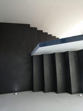 elégant escalier à paillasse avec palier intermédiaire en béton ciré vernis mat couleur alchimie Montpellier pour un particulier