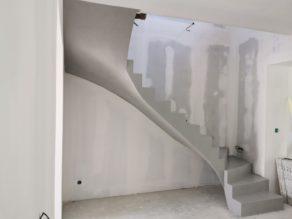 elégant escalier à paillasse deux quart tournant en béton ciré vernis mat couleur gris souris Au bouscat à Bordeaux en Aquitaine pour un maitre d'œuvre