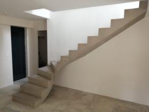 elégant escalier à paillasse un quart balancé en béton ciré vernis mat couleur galet original à Nîmes dans le département du Gard (30000) en Languedoc pour un particulier