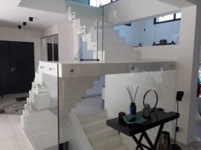 remarquable escalier crémaillère avec palier intermédiaire en béton ciré vernis soyeux couleur everest Blanc pur, en région Parisienne  pour un particulier