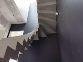 remarquable escalier crémaillère contemporain en béton ciré vernis soyeux couleur gris cendré Gradignan proche de Bordeaux en Aquitaine pour un particulier