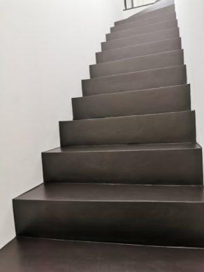 somptueuse marches design en béton ciré vernis mat couleur ardoise À Caudéran dans BORDEAUX  en Nouvelle aquitaine pour un particulier