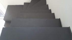 somptueux escalier crémaillère avec palier intermédiaire en béton ciré couleur gris orbital A parentis en born dans le départements de les Landes en Nouvelle Aquitaine.  pour un constructeur