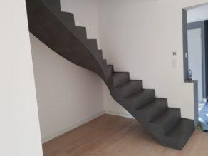 bel escalier à paillasse un quart tournant en béton ciré vernis mat couleur platinium à Escalquens à côté de Toulouse dans le département de la Haute Garonne.  pour un particulier