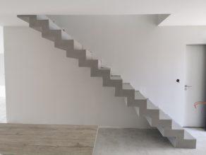 bel escalier crémaillère sur mesure en béton ciré vernis mat couleur gris souris A Cauderant dans Bordeaux en Gironde  pour un constructeur