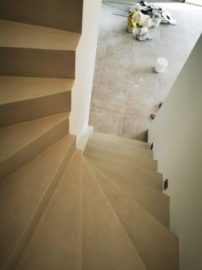 décoration marches d'un escalier à paillasse en béton ciré vernis mat couleur poivre blanc A Saint-Médard proche de Bordeaux en Aquitaine  pour un constructeur