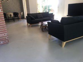 elégant sol dans une pièce à vivre en béton ciré couleur poivre blanc à Toulouse. pour un particulier