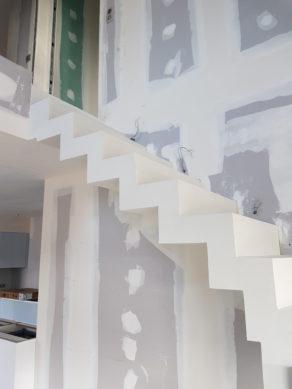 escalier crémaillère design en béton ciré vernis mat couleur everest Lasure blanc pur à Lyon en Rhône-Alpes  pour un architecte