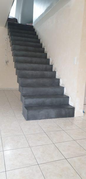 remarquable escalier crémaillère droit en béton ciré vernis mat couleur gris aberdeen à nort sur erdre dans le département de la Loire Atlantique  pour un particulier