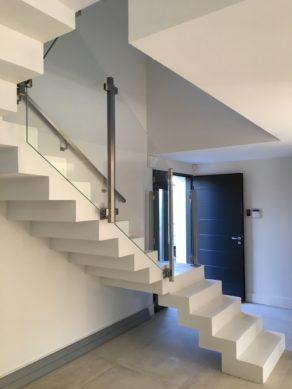 somptueux escalier crémaillère avec palier intermédiaire en béton ciré vernis mat couleur everest Blanc pur à Aix en Provence  pour un particulier