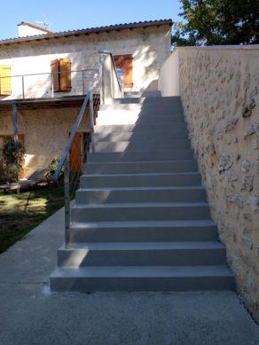 splendide marches avec palier intermédiaire en béton ciré vernis mat couleur gris souris À Quinsac en Aquitaine pour un particulier