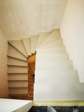 Arrivée d'un escalier habillé en béton ciré