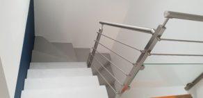 Arrivée de l'escalier en béton ciré et garde corps inox