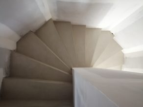 bel marches d'un escalier à paillasse en béton ciré vernis soyeux couleur karonga à Clapier près de Montpellier dans l herault  pour un architecte
