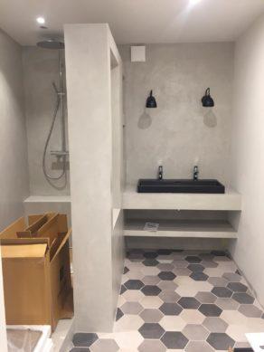 belle douche à l'Italienne en béton ciré couleur gris cendré à toulouse  pour un particulier