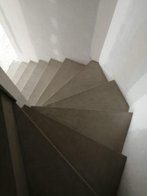 elégant escalier à paillasse deux quart tournant en béton ciré vernis soyeux couleur galet original à Clapier dans le département de l herault.  pour un architecte