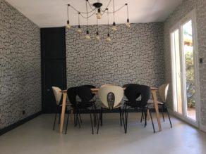 elégant sol dans une pièce à vivre en béton ciré couleur poivre blanc à Toulouse en Midi-Pyrénées  pour un particulier