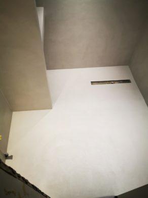 élégante rénovation d'une salle de bain en béton ciré vernis mat couleur gris cendré à Bordeaux en Aquitaine  pour un particulier