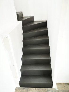 magnifique marches d'un escalier crémaillère en béton ciré vernis mat couleur ardoise À pessac commune de Bordeaux  pour un constructeur