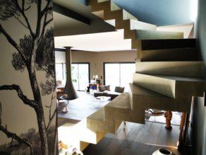 Côté d'un escalier crémaillère en béton dans un salon