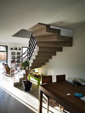 Dessous d'un escalier béton design