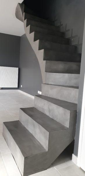 elégant escalier à paillasse d'un salon en béton ciré couleur gris aberdeen a St Nazaire  pour un maitre d'œuvre Scal'in finition 44