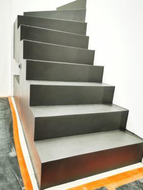 sublime escalier graphique deux quart tournant en béton ciré vernis soyeux couleur platinium  A bordeaux Bègles en Aquitaine  pour un particulier