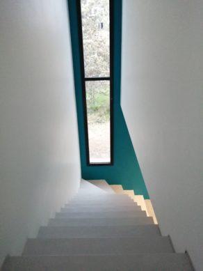Arrivée de la volée droite de l'escalier en béton ciré gris cendré