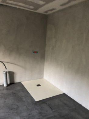 élégante rénovation d'une salle de bain en béton ciré couleur gris souris a St Père en Retz en Loire Atlantique  pour un particulier Scal'in finition 44