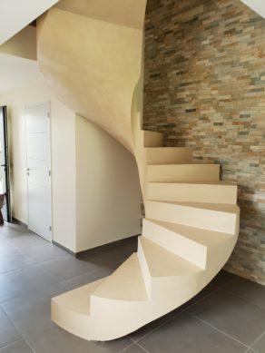 escalier hélicoïdal avec une lumière centrale en béton ciré vernis mat couleur beige mélisse en Auvergne  pour un particulier Jean Pascal