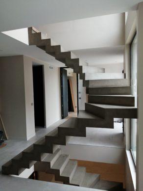 Application d'un béton ciré et d'un vernis mat sur l'ensemble de ces escaliers coulé sur place et créés sur mesure