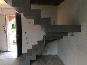 Enduit béton ciré pour cette maison en rénovation. L'escalier couleur Argent va donner un coup de fraîcheur à ce beau projet de restauration