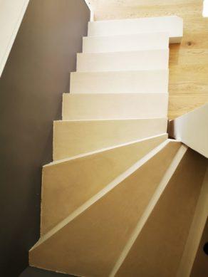 Applicateur de béton ciré dans toute la maison, Scal'in réalisé ici une rénovation d'escalier