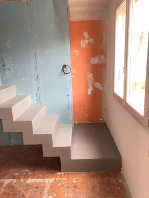 Applicateur de béton ciré, Scal'in réalisé le béton ciré sur des support tel que le béton comme ici avec ce bel escalier contemporain avec sa première marche palière