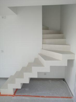 Application d'un béton ciré sur un escalier demi crémaillère sur la première volée et à paillasse sur la deuxième volée