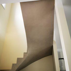 Application d'un béton ciré sur une Sous-face d'un escalier