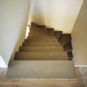 Béton ciré couleur Persan sur un escalier balancé