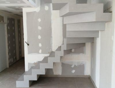 Application d'un béton ciré couleur fossile sur un escalier