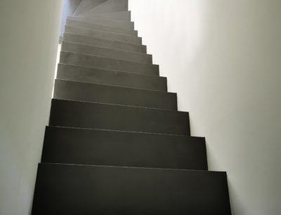 Application d'un béton cire dans un maison en construction